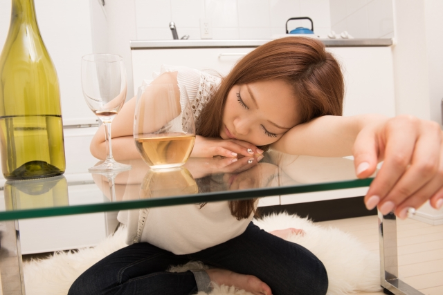 酔って寝てしまう女性