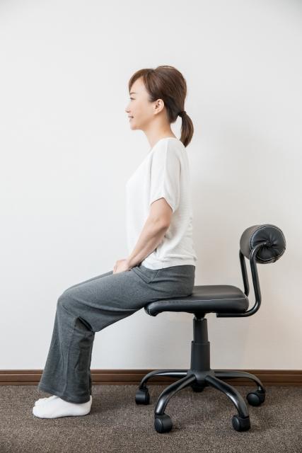 姿勢の良い女性 座位